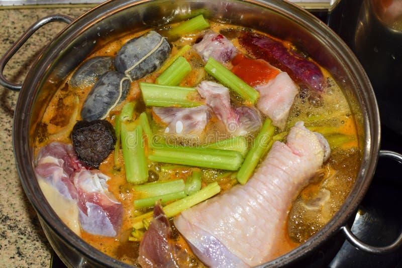 Cerdo español tradicional y chiken el guisado con la morcilla Concepto de la nutrici?n imagenes de archivo