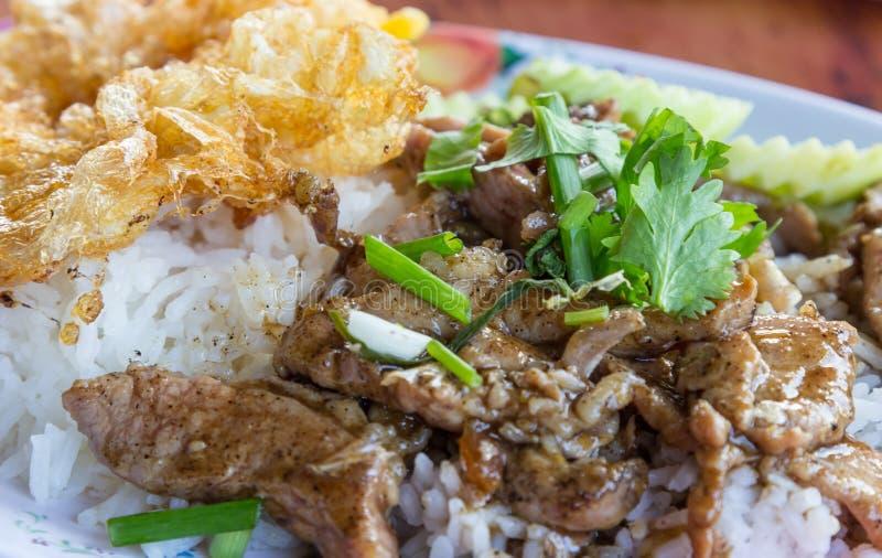 Cerdo frito con ajo y el huevo en el arroz fotografía de archivo