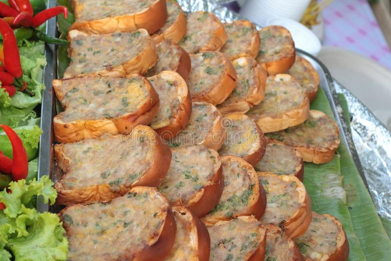 Cerdo frito con el pan de delicioso fotos de archivo