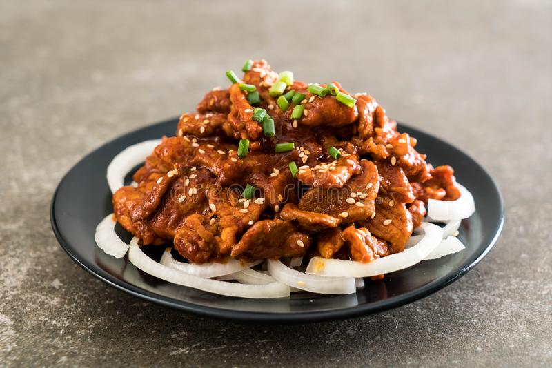 cerdo frito con la salsa coreana picante (bulgogi) fotos de archivo