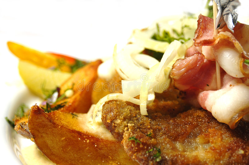 Cerdo frito con las patatas cocidas al horno imagenes de archivo