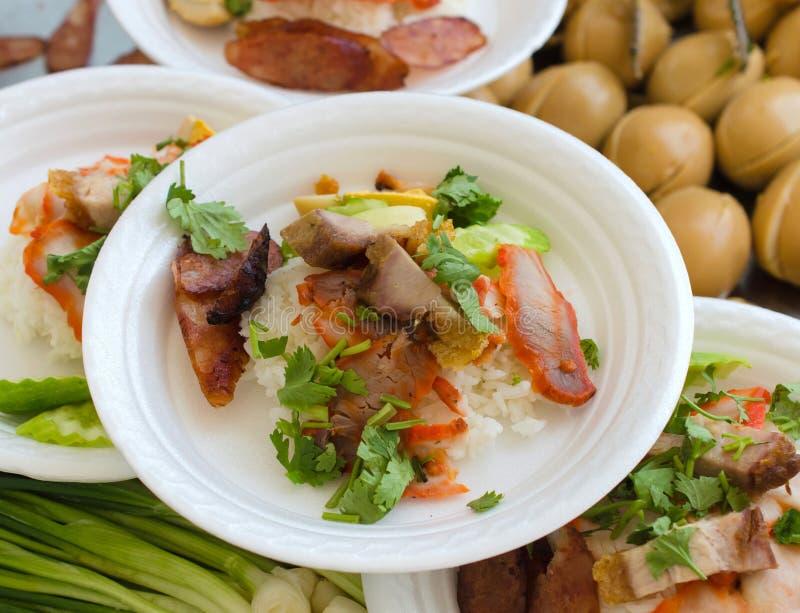 cerdo frito y cerdo curruscante sobre el arroz del vapor imágenes de archivo libres de regalías