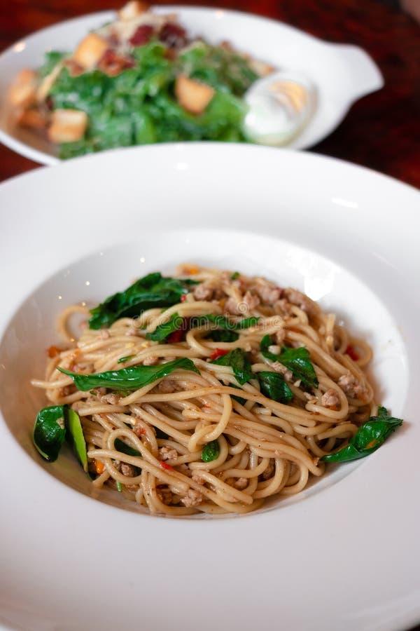 Cerdo picadito sofrito y Basil Spaghetti tailandés fotos de archivo