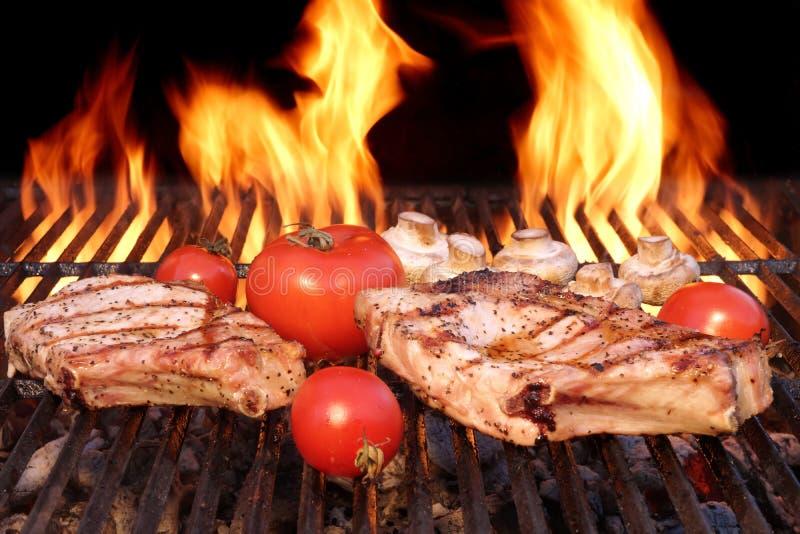 Cerdo Rib Steak, tomate y setas en parrilla caliente del Bbq fotografía de archivo libre de regalías