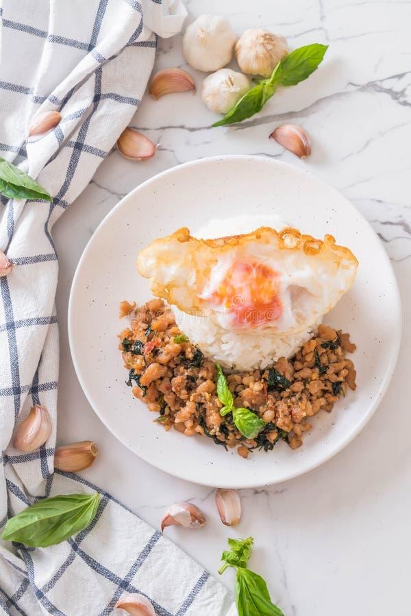cerdo sofrito con albahaca en el arroz y el huevo frito foto de archivo libre de regalías
