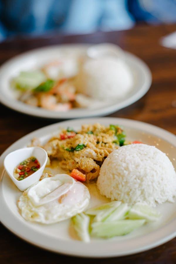 Cerdo sofrito con el polvo de curry y el huevo frito imagen de archivo
