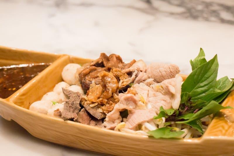 Cerdo tailandés tradicional de la mezcla que cuece al vapor con la salsa picante fotos de archivo