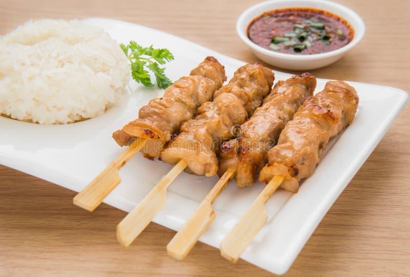 Cerdo y arroz pegajoso asados a la parrilla en la placa, estilo tailandés de la comida foto de archivo libre de regalías
