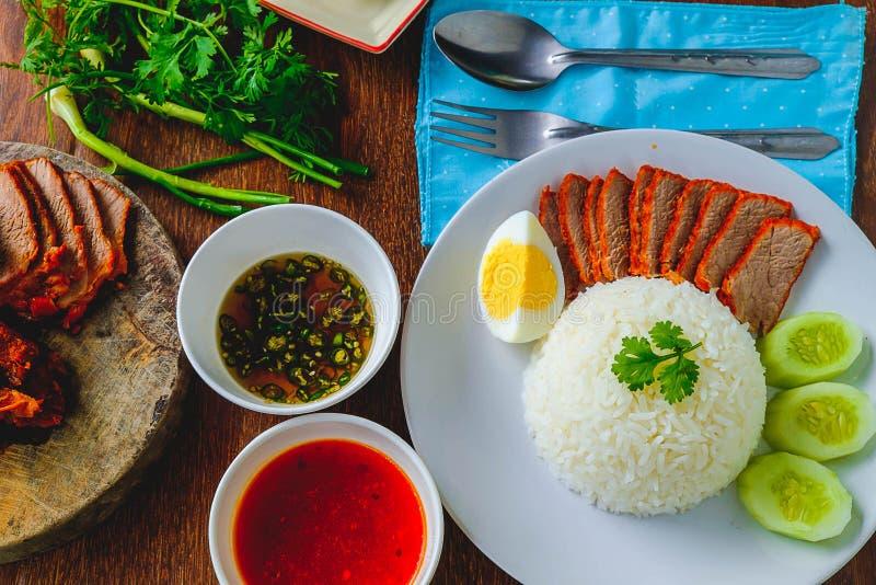 Cerdo y comida rojos del arroz fotografía de archivo