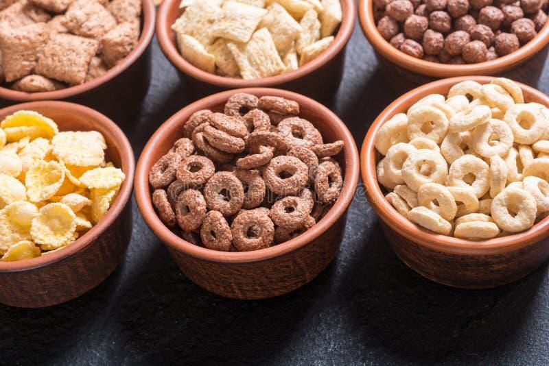 cereais Café da manhã com os flocos de milho do leite e do chocolate foto de stock