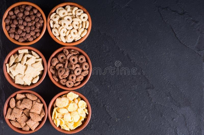 cereais Café da manhã com os flocos de milho do leite e do chocolate imagem de stock