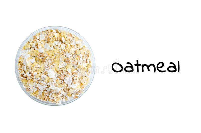 Cereais da farinha de aveia na bacia de vidro Vista de acima isolado branco imagens de stock royalty free