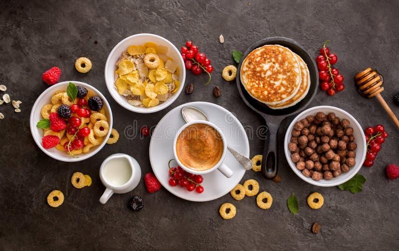 Cereais de café da manhã, panquecas, bagas frescas e xícara de café foto de stock royalty free