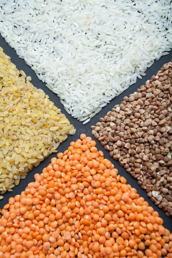 Cereais dietéticos dos cereais orgânicos: lentilhas, arroz, bulgur e trigo mourisco fotografia de stock