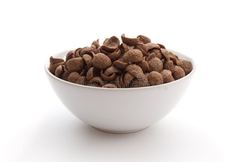 Cereais do chocolate na bacia branca isolada no fundo branco imagens de stock royalty free
