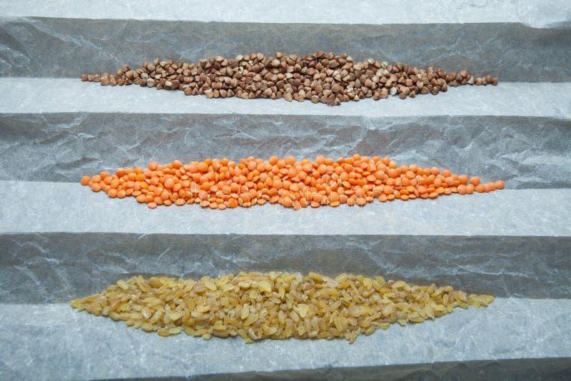 Cereais orgânicos naturais: lentilhas, bulgur e trigo mourisco Um grupo para uma dieta saudável, hidratos de carbono imagens de stock royalty free