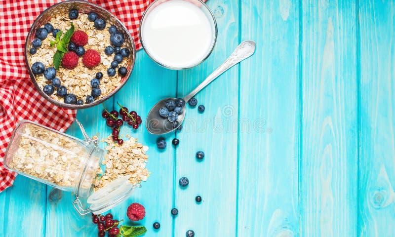 Cereais saudáveis do wholewheat de Multigrain com a baga fresca para o café da manhã imagens de stock royalty free