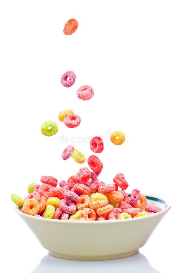 Cereal colorido que cai em uma bacia branca foto de stock royalty free