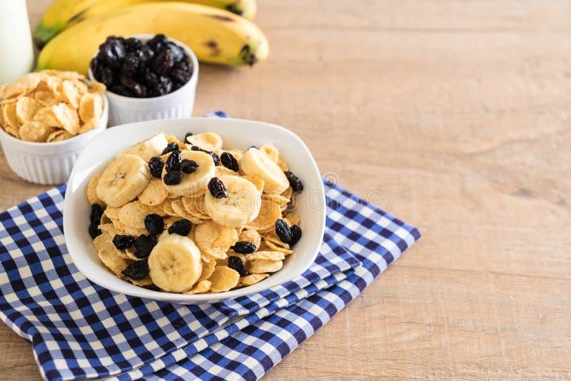 cereal con el plátano, la pasa y la leche fotografía de archivo libre de regalías