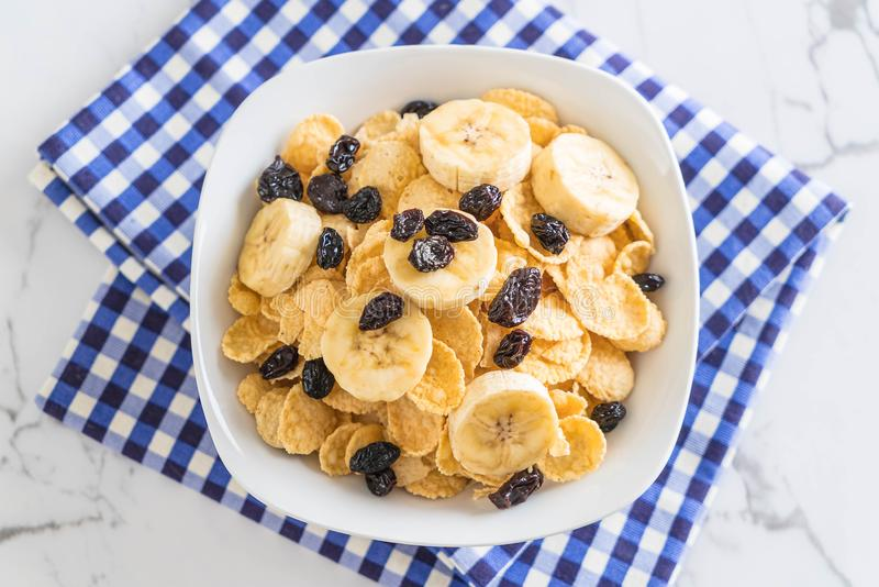 cereal con el plátano, la pasa y la leche fotos de archivo