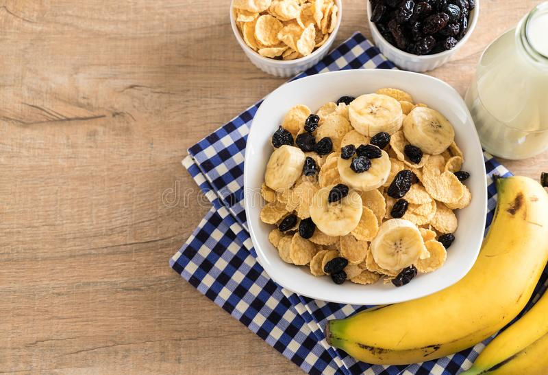 cereal con el plátano, la pasa y la leche imagenes de archivo