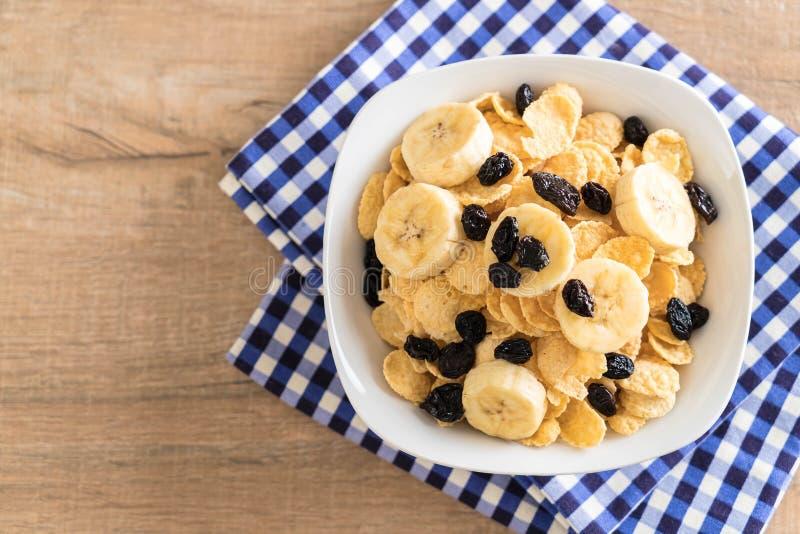cereal con el plátano, la pasa y la leche imagen de archivo libre de regalías