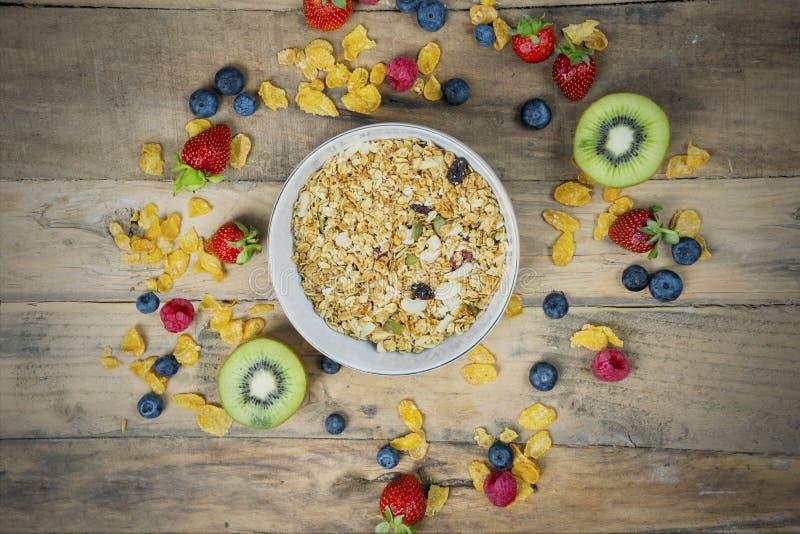 Cereal con la fruta fresca en la tabla de madera fotos de archivo