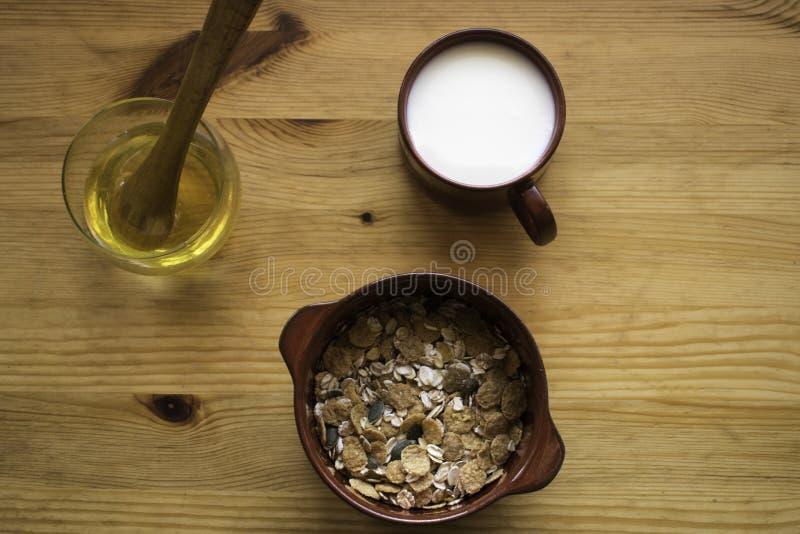Cereal con leche y miel imagen de archivo