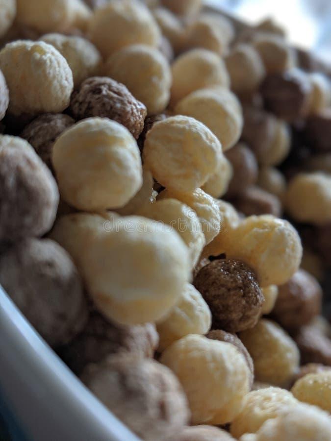 Cereal de café da manhã com luz solar da manhã através da janela fotos de stock royalty free