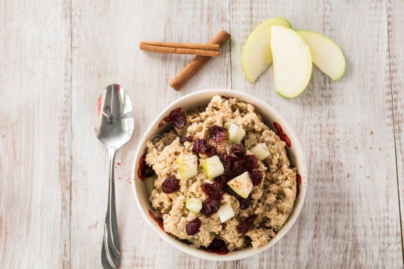 Cereal de café da manhã da farinha de aveia com fruto e canela fotos de stock royalty free