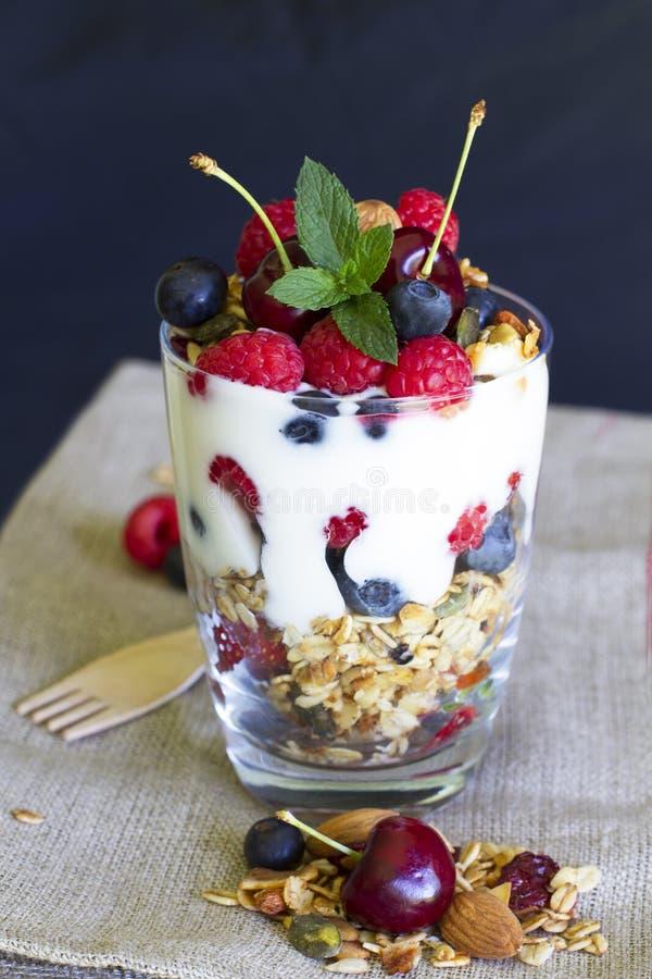Cereal de desayuno sano con las bayas y el yogur fotografía de archivo