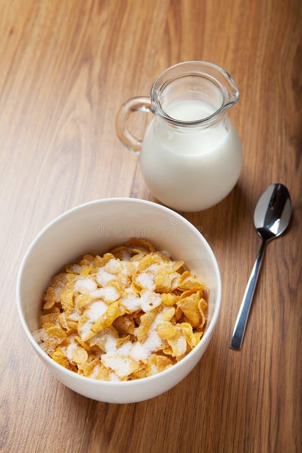 Cereal de pequeno almoço com leite e colher fotografia de stock royalty free