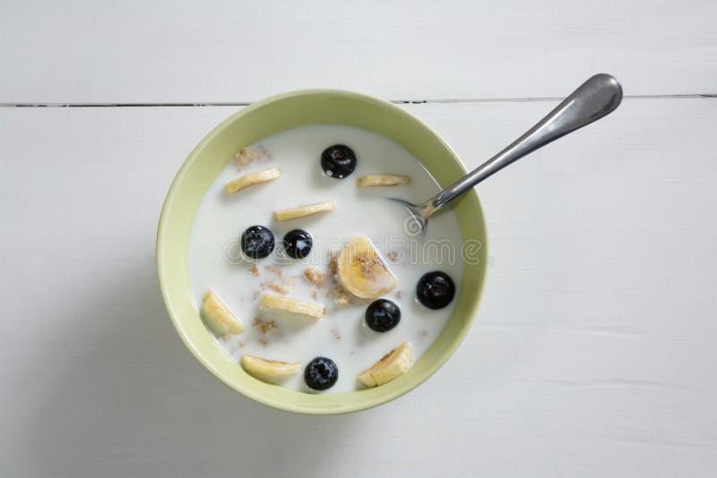 Cereal de pequeno almoço na bacia fotografia de stock