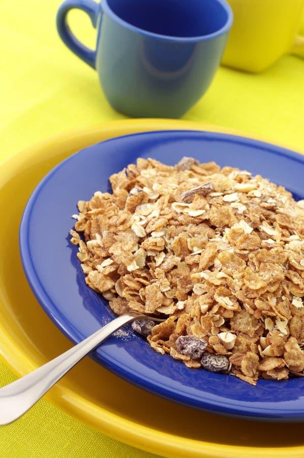 Cereal de pequeno almoço na placa fotografia de stock royalty free