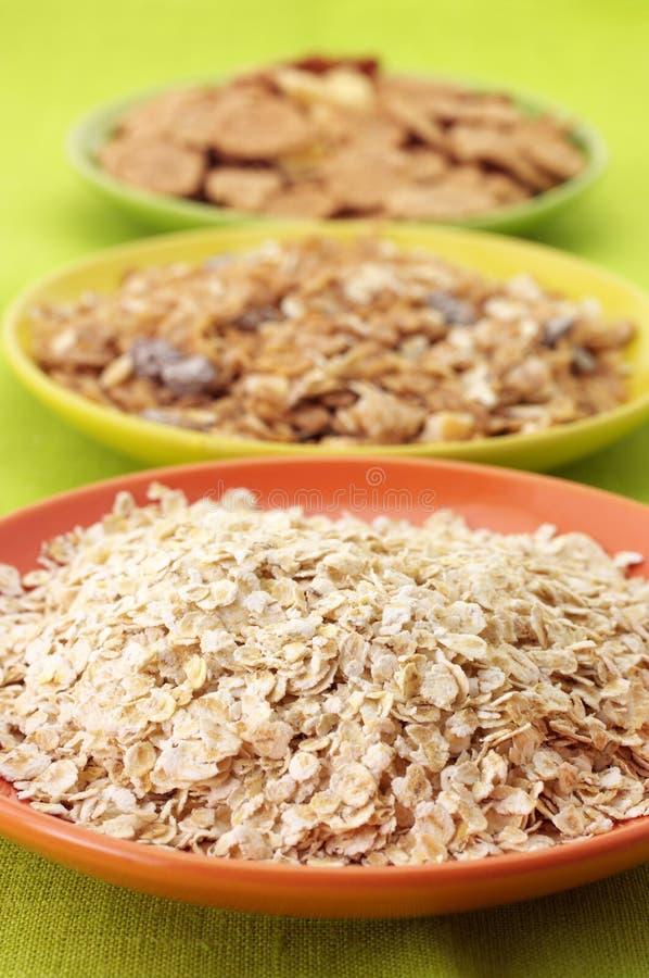 Cereal de pequeno almoço nas placas imagens de stock
