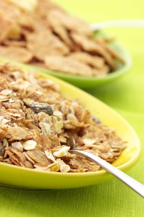 Cereal de pequeno almoço nas placas imagem de stock royalty free