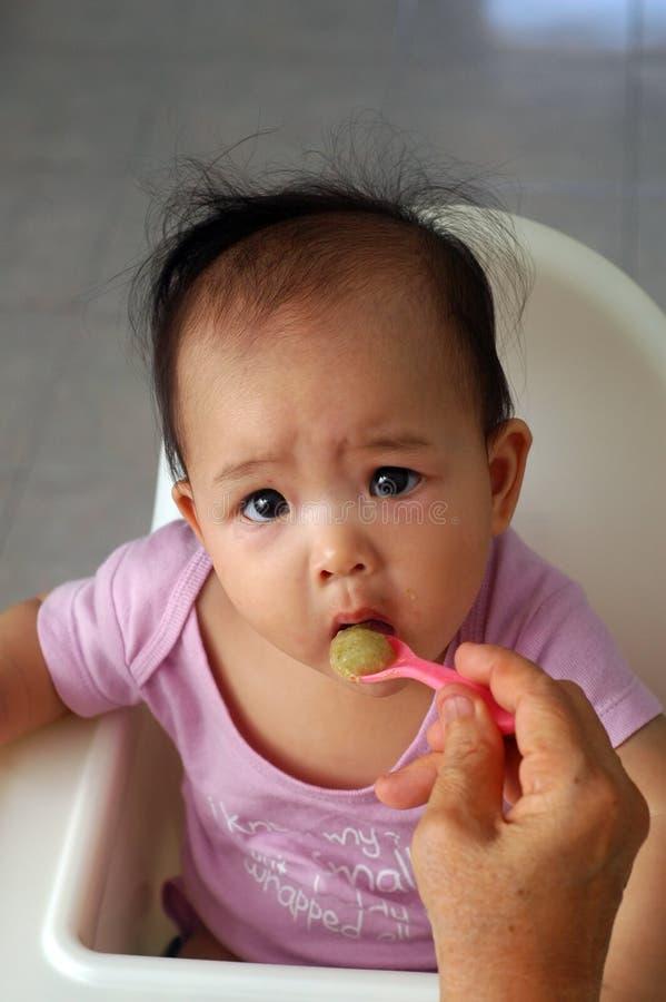 Cereal del bebé que introduce imagen de archivo