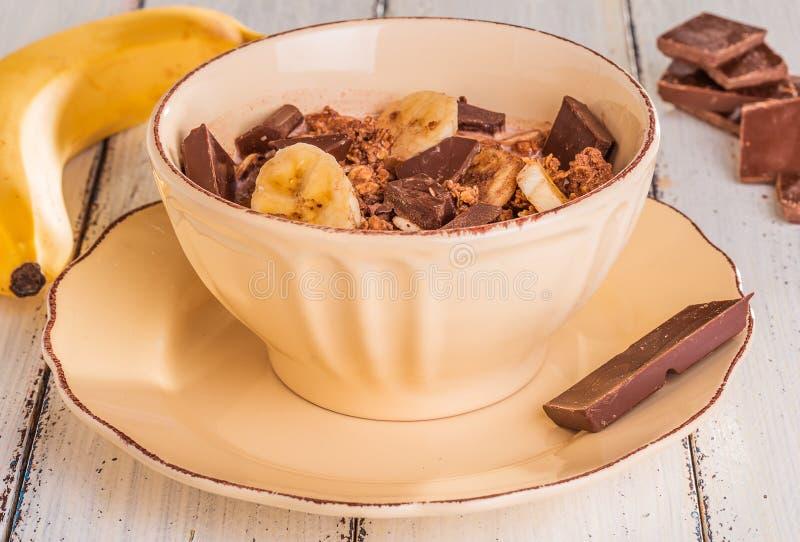 Cereal del chocolate con los microprocesadores de la leche, del plátano y de chocolate imagen de archivo libre de regalías
