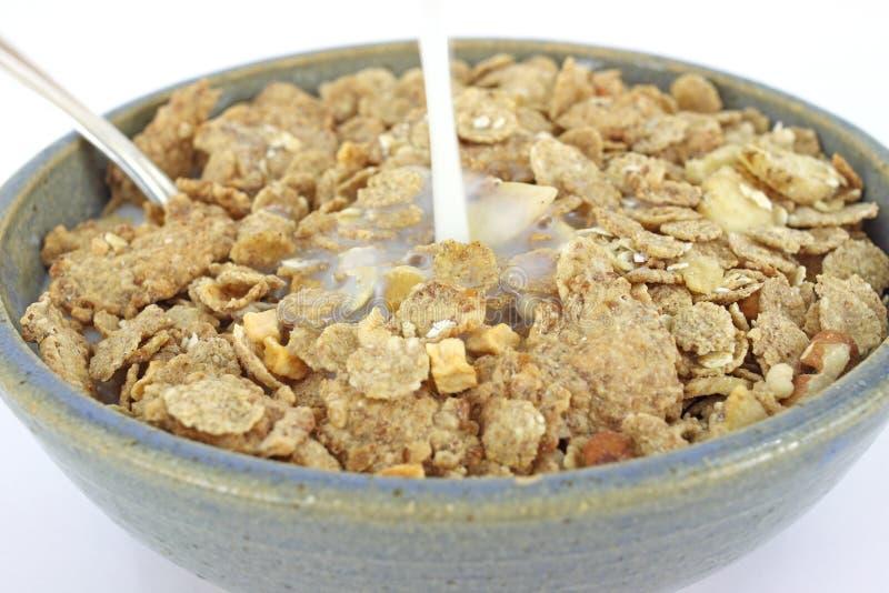Cereal del granola del plátano y de la tuerca con la colada de la leche imagen de archivo