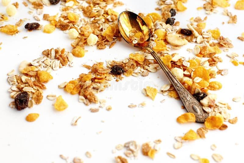 Cereal delicioso del muesli del granola con la cuchara del vintage en la parte posterior del blanco fotos de archivo libres de regalías