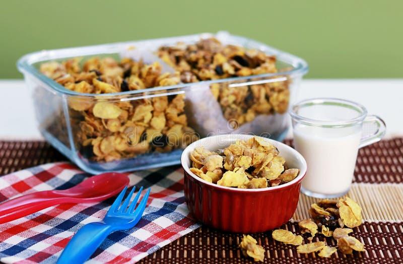 Cereal dos flocos de milho em uma bacia vermelha com leite fotos de stock royalty free