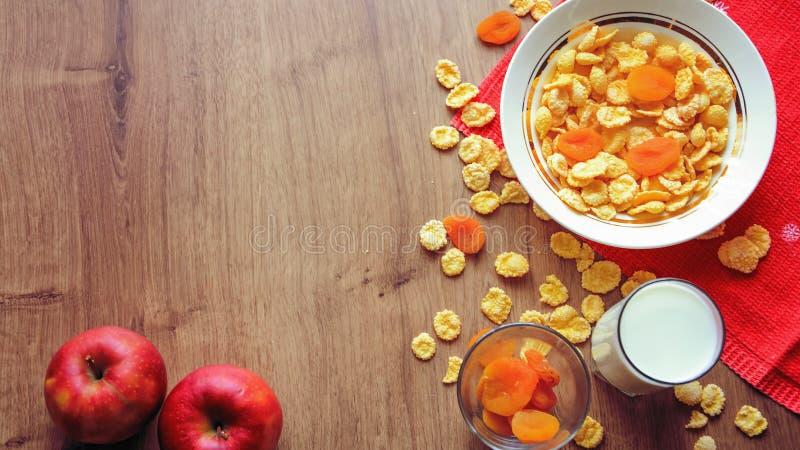 Cereal e fruto para o café da manhã na tabela Alimento delicioso em h fotografia de stock
