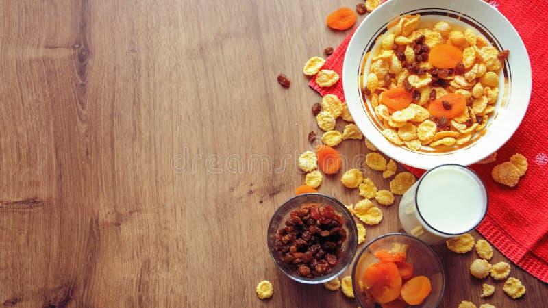 Cereal e fruto para o café da manhã na tabela Alimento delicioso em h fotos de stock