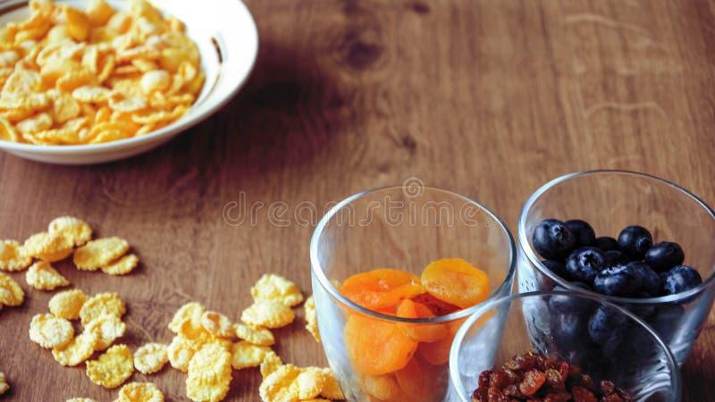 Cereal e fruto para o café da manhã na tabela Alimento delicioso em h foto de stock royalty free
