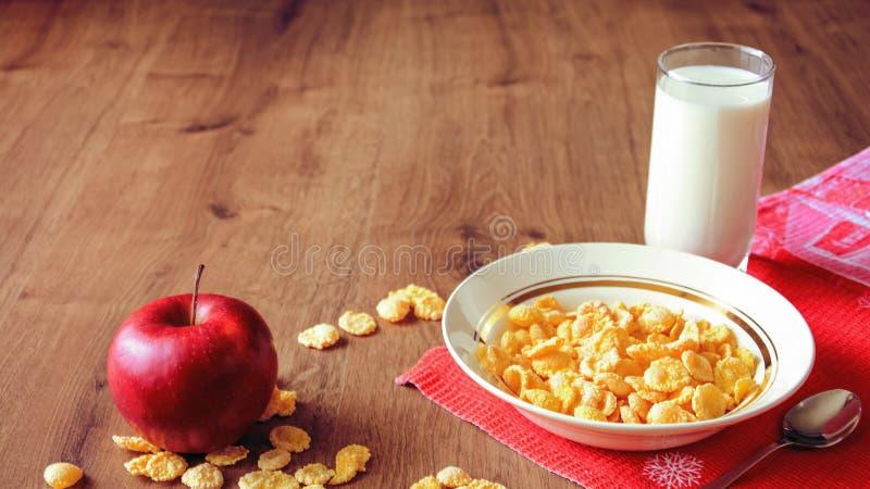 Cereal e fruto para o café da manhã na tabela Alimento delicioso em h imagens de stock