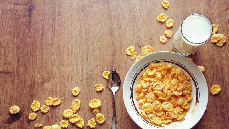 Cereal e fruto para o café da manhã na tabela Alimento delicioso em h foto de stock