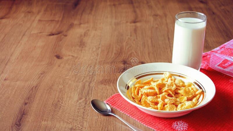 Cereal e fruto para o café da manhã na tabela Alimento delicioso em h imagem de stock royalty free