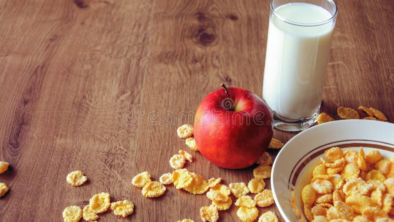 Cereal e fruto para o café da manhã na tabela Alimento delicioso em h imagem de stock