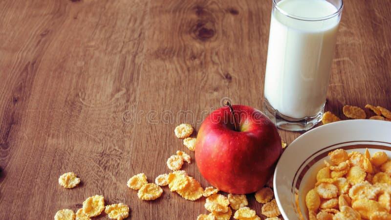 Cereal e fruto para o café da manhã na tabela Alimento delicioso em h fotografia de stock royalty free