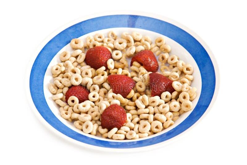 Cereal e morangos de pequeno almoço fotografia de stock royalty free